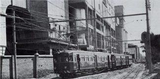 """vista del trenet de la línea 4 llegando a la estación en 1970 proveniene de """"Pont de Fusta""""."""