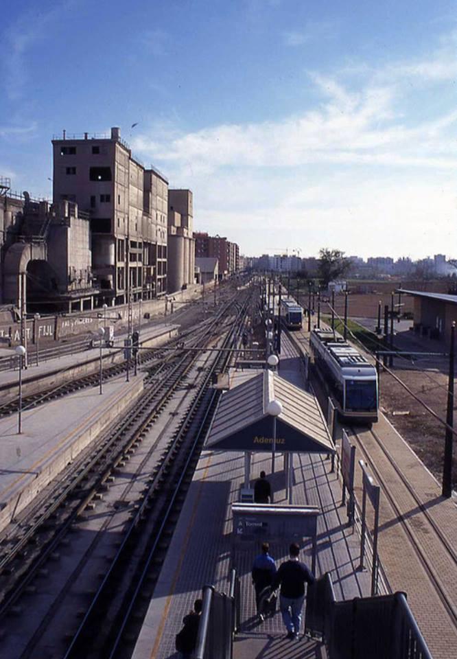 En esta foto se ve el nuevo tranvía de la línea 4 recién instalado y desaparecido el trenet. Se ve el lado más hacia la derecha de la estación el otro andén donde empieza la pasarela para hacer el transbordo al metro. Menudas carreras me he pegado para coger a tiempo el metro por esa pasarela.