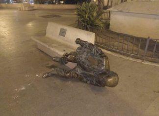Arrancan la estatua del poeta Estellés en Burjassot