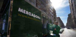 """Repartidor de Mercadona cargando el vehículo eléctrico en la """"Colmena"""" de València"""
