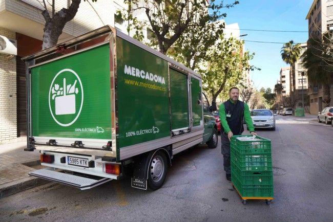 Repartidor de Mercadona entregando un pedido online con el vehículo eléctrico