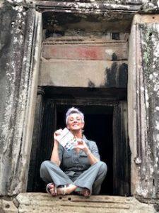 Carol Gil con una de las antologías en Camboya.