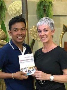 Carol Gil, delegada de LIBRO, VUELA LIBRE en Camboya y Vietnam, con Rom Shem Nha.