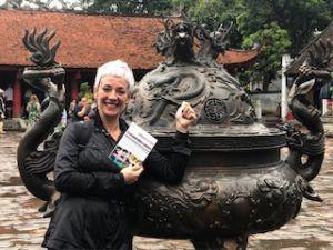 Carol Gil llevando la antología de los talleres de escritura a Vietnam.