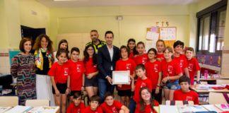 Los alumnos del colegio Jaume I de Mislata realizan un callejero con códigos QR para la Policía Local