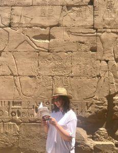 Sara Manjavacas, delegada de 'Libro, vuela libre' en Egipto y Turquía, en el Valle de los Reyes.
