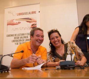 Escritores seleccionados durante la firma de autores. (Foto-Vania  Albertini).
