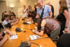 Otro momento de la firma de los autores seleccionados por Libro, vuela libre en 2019. (Foto-Vania Albertini).
