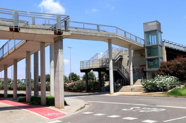 <h2>pasarela peatonal de entrada a Torrent</h2>