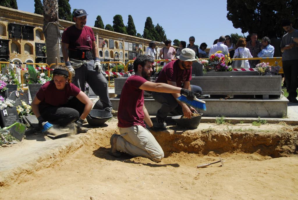 Familiares de represaliados piden a la Diputació iniciar las excavaciones en el patio interior del cementerio de Paterna