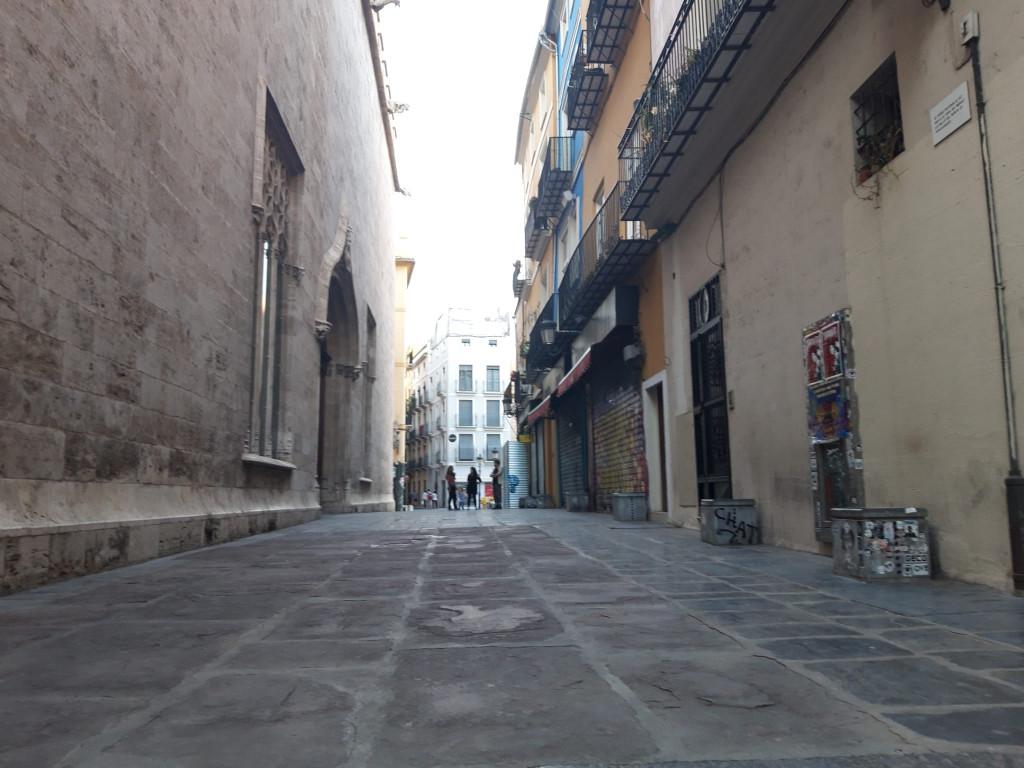 Inusual imagen de la calle Pere Compte, sin una sola terraza abierta. Foto: Javier Furió