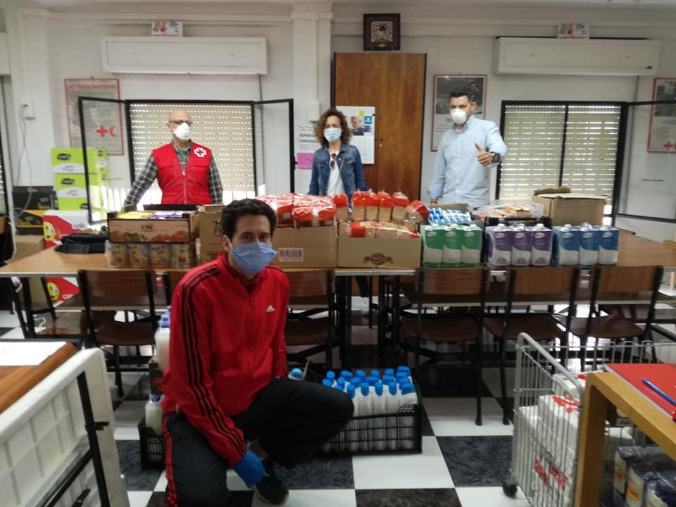 Los concejales del PP junto al presidente de Cruz Roja, en su local social