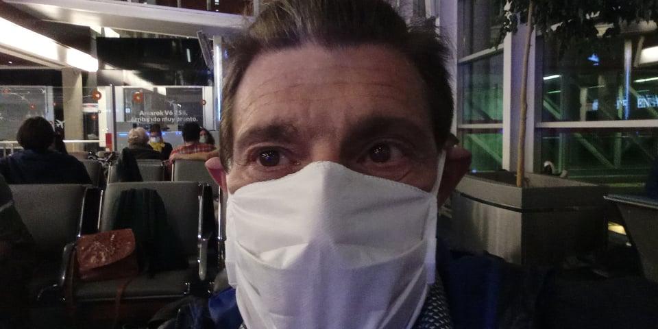 Néstor, con mascarilla, espera en el Aeropuerto de Ezeiza, en Buenos Aires, la salida del vuelo que lo ha traído de vuelta a Burjassot.