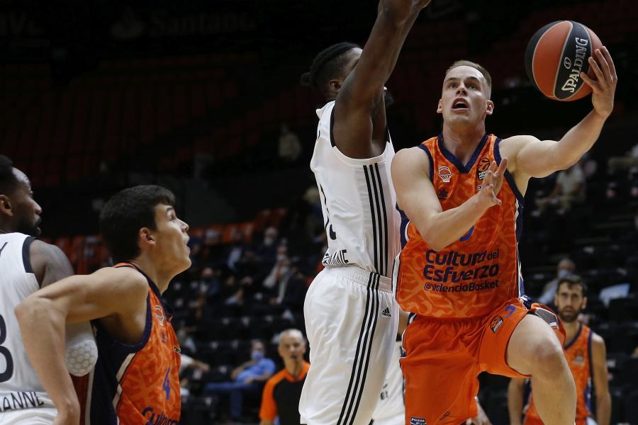 Valencia Basket saca un sufrido triunfo ante el LDLC ASVEL para estrenarse en Euroliga (65-63)