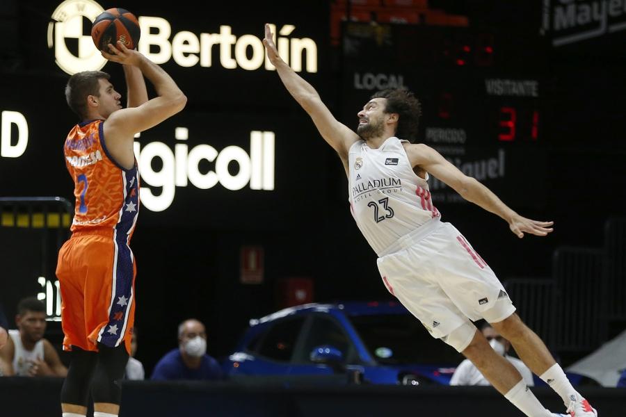 El Real Madrid desarmó en la primera parte a Valencia Basket en la Fonteta (78-86)