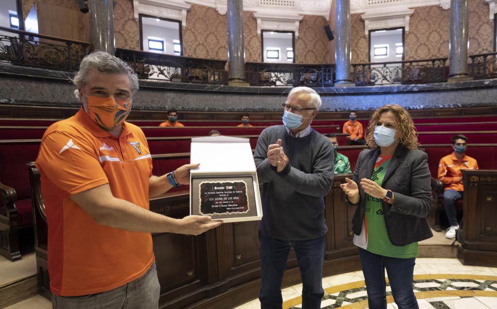 El CD Giner de los Ríos, recibido en el Ayuntamiento de València