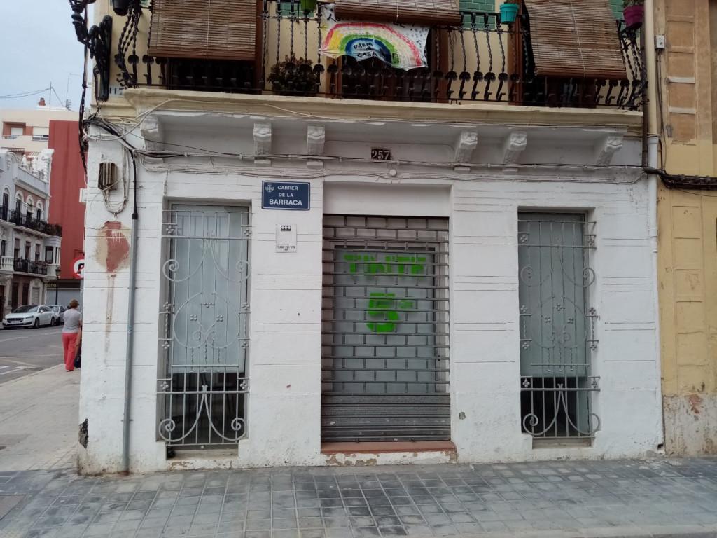 Ésta es la fachada protegida, según Patrimonio, del local que Barraca-Espadán quiere convertir en su nuevo casal.