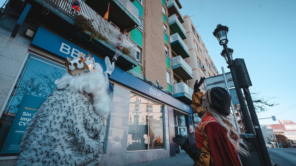 Los Reyes Magos visitan en Paterna a los niños y niñas confinados en sus casas por la Covid-19