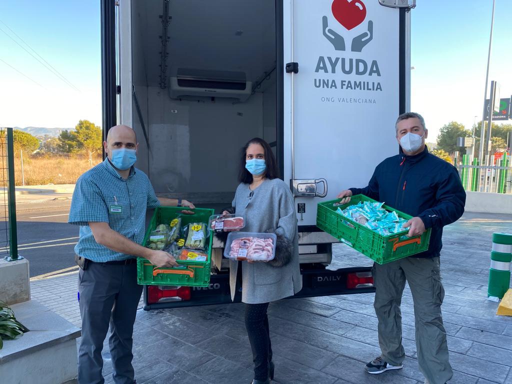 Representantes de la Fundación Ayuda Una Familia y Mercadona durante la entrega de alimentos