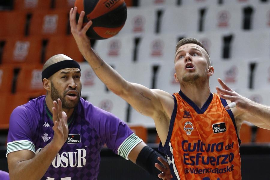 Doce seguidas de Valencia Basket en Liga Endesa ganando al Coosur Real Betis (89-81)