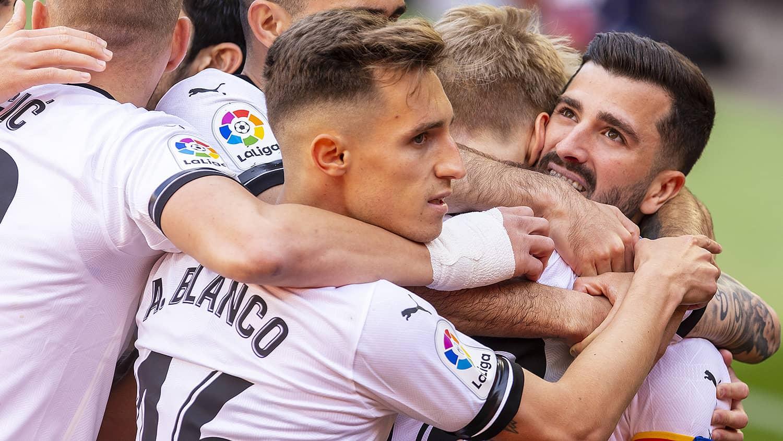El Valencia CF gana al Granada CF y consolida su fortaleza en Mestalla (2-1)