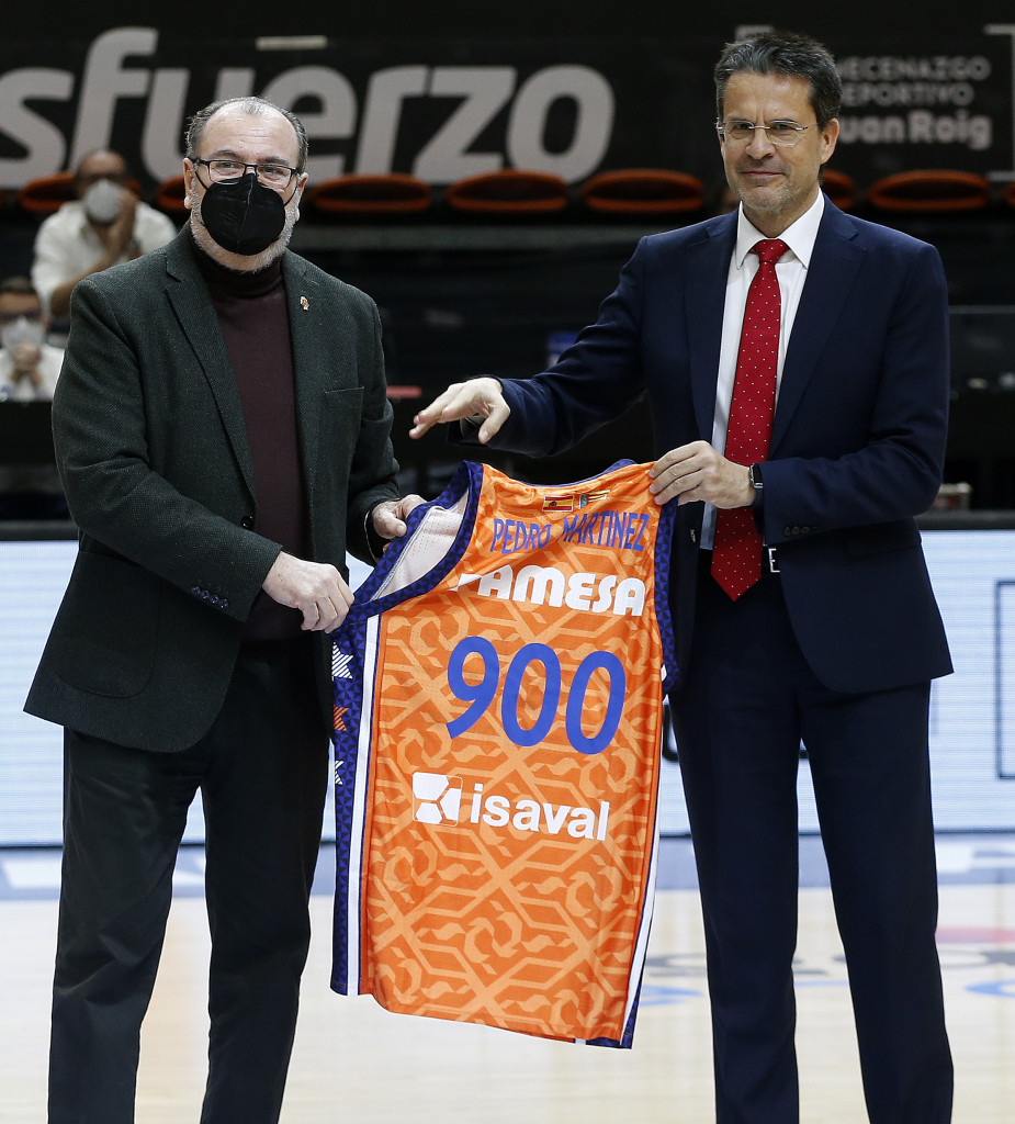 Pedro Martinez recibe de Vicente Sola la camiseta en recuerdo de su 900 partidos