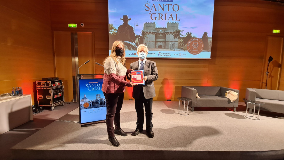 Don Emiliano García, concejal de Turismo del Ayuntamiento de Valencia y presidente de Visit Valencia con la Dra. Ana Mafé, presidenta de la Asociación Cultural El Camino del Santo Grial