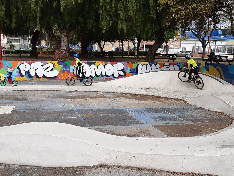 Joves del Grup de Reforç dels Serveis Socials de La Pobla de Farnals executen un grafiti en la Plaça Llauradors