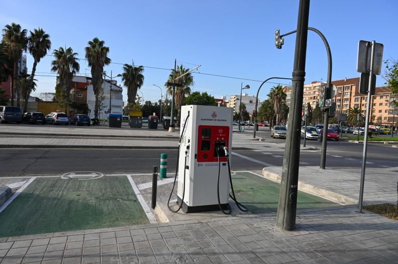 Estación de recarga rápida para vehículos eléctricos en la vía pública.
