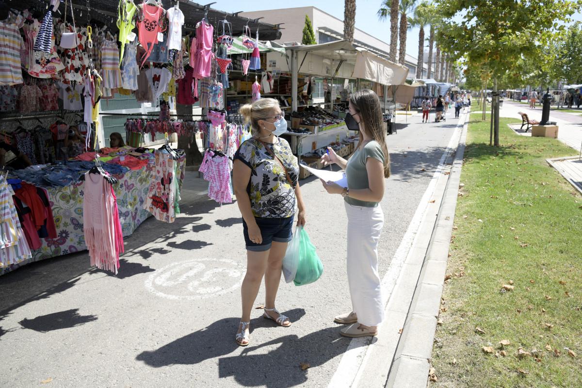 Los vecinos son encuestados para la redacción del Plan Urbano de Actuación Municipal/ Fotos: Paiporta