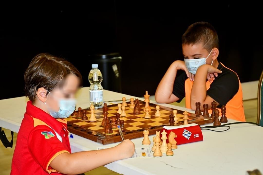 Dos niños disputan una partida de ajedrez/ Foto: Paterna