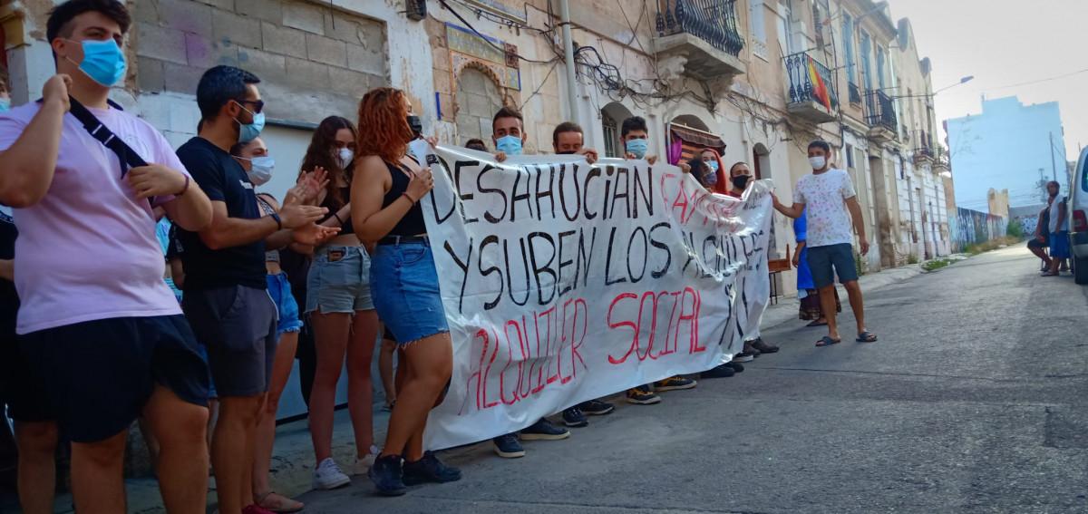 Construyendo Malilla y las 50 familias afectadas impidieron el desahucio en la calle Manuel Arnau