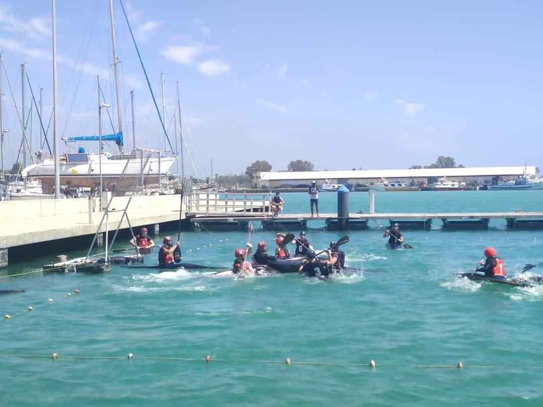 Un momento del encuentro de kayak polo en la Marina Burriananova