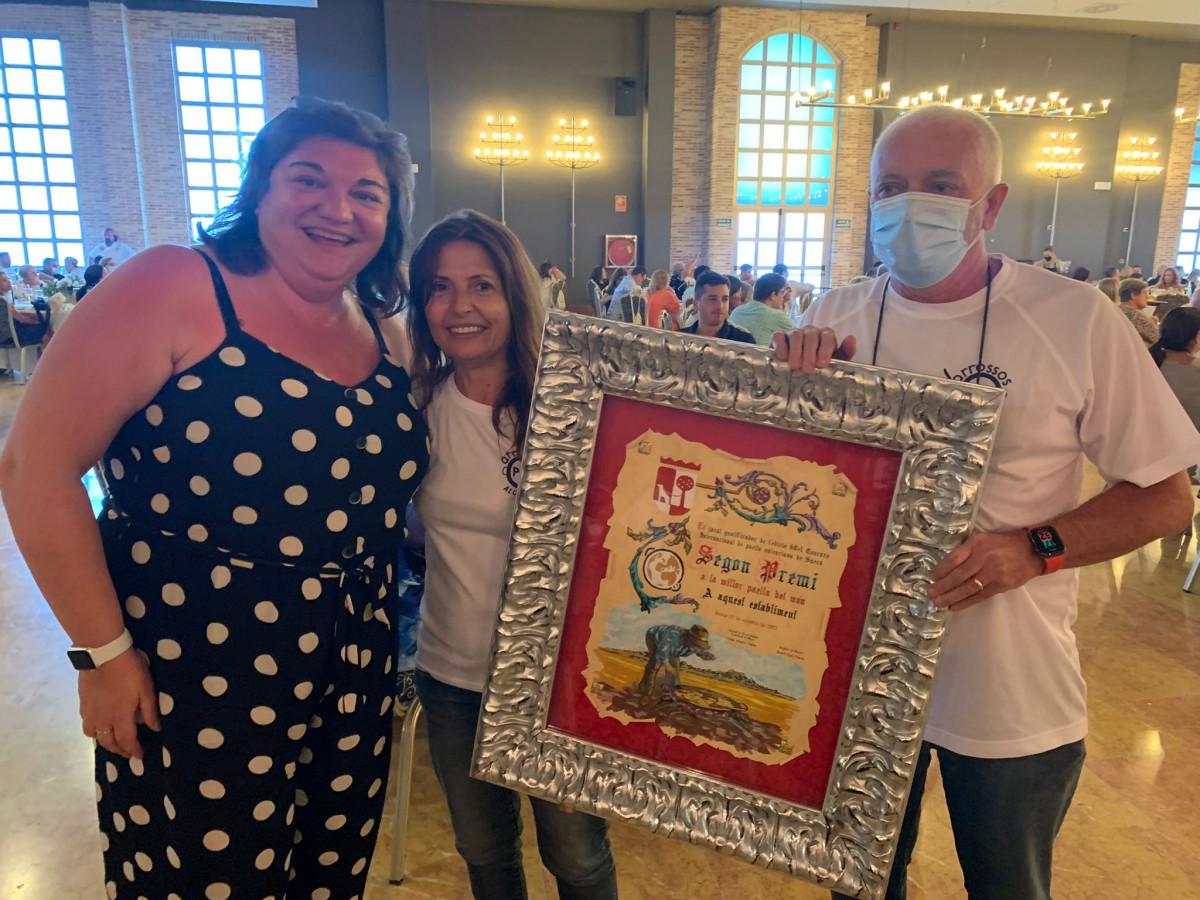Ganadores segundo premio concurso paellas Sueca con la alcaldesa de Alcàsser